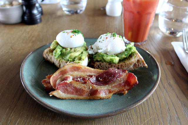Avocado_toast_with_poached_eggs_and_bacon_94_640.jpg